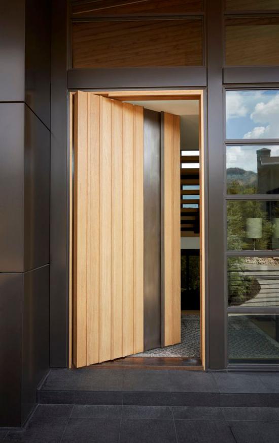 Drehtüren fürs Zuhause am Hauseingang aus hellem Holz vollautomatisch