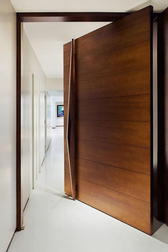 Drehtüren fürs Zuhause aus Holz elegantes Design enorm breit Blick in den Flur