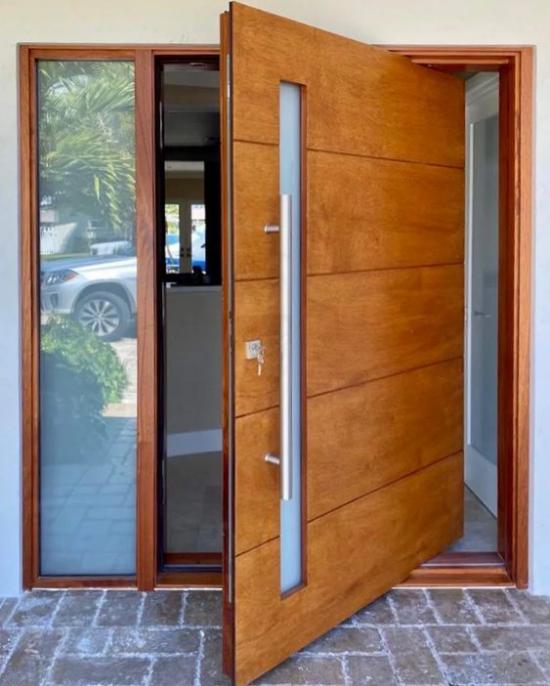 Drehtüren fürs Zuhause aus Holz und Glas in Kombination am Hauseingang montiert