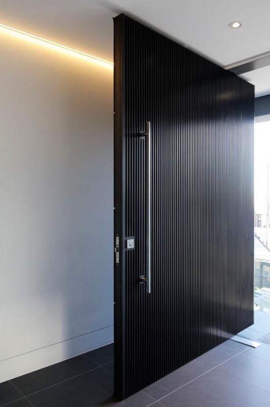 Drehtüren fürs Zuhause aus Metall schwarze Beschichtung sehr elegant passt zum grauen Flur LED Beleuchtung
