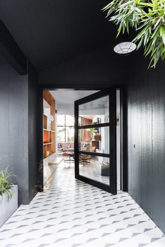 Drehtüren fürs Zuhause aus Metall schwarzer Türrahmen drei große Glasscheiben viel Licht durchfluten lassen
