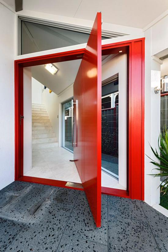 Drehtüren fürs Zuhause ausgefallenes Design in Blutrot toller Blickfang am Hauseingang kreative Funktionen