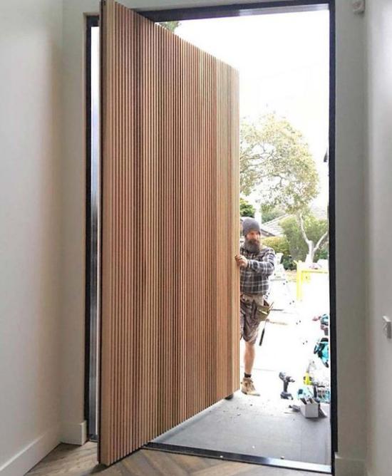 Drehtüren fürs Zuhause groß stabil hoch breit aus Holz mit Beschichtung wetterfest alter Mann daneben