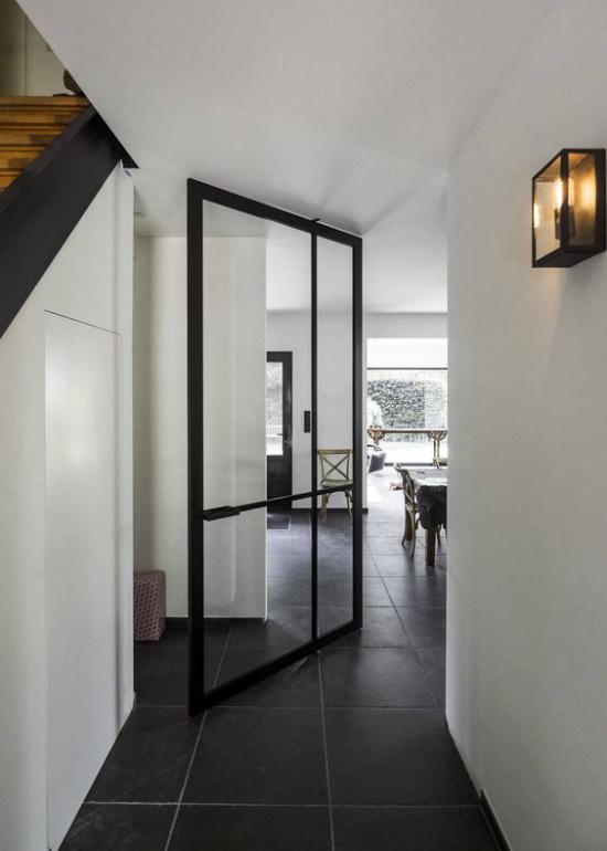 Drehtüren fürs Zuhause im Innenraum schwarzer metallrahmen Glasscheiben Durchsicht ins nächste Zimmer