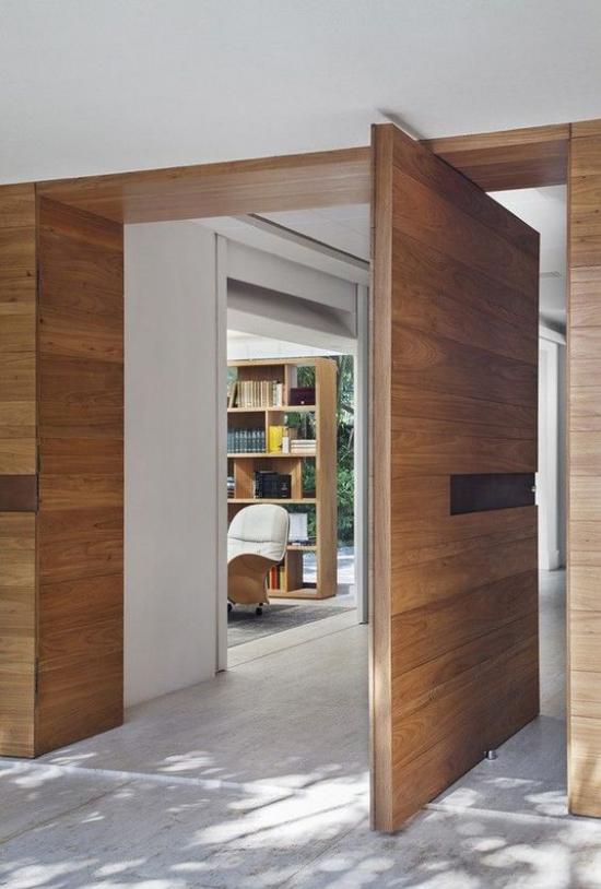 Drehtüren fürs Zuhause modernes Stilelement aus hellem Holz Durchgang zur Hausbibliothek