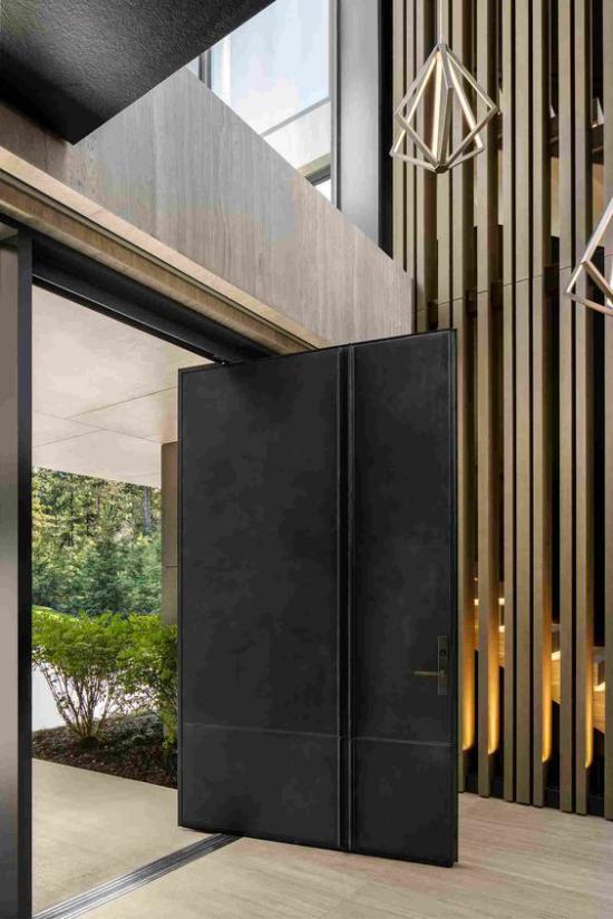 Drehtüren fürs Zuhause stabil aus Metall am Eingang schwarze Beschichtung wetterfest futuristische Hausfassade