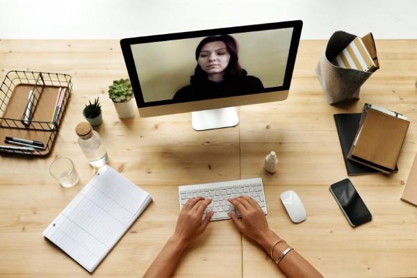 Ein Heimbüro einrichten, um Ihre Produktivität zu optimieren computer arbeit büro