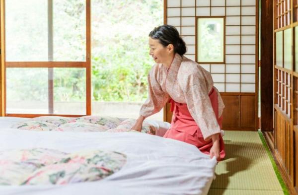 Feton Matratze japanische Frau macht das Bett