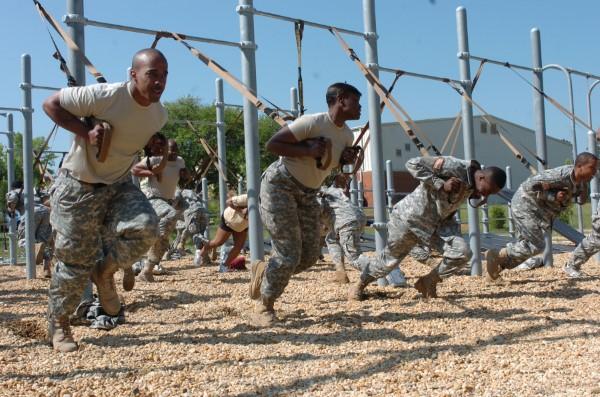 Exercices complets d'entraîneur de fronde pour les soldats de fitness à domicile les phoques de la marine militaire