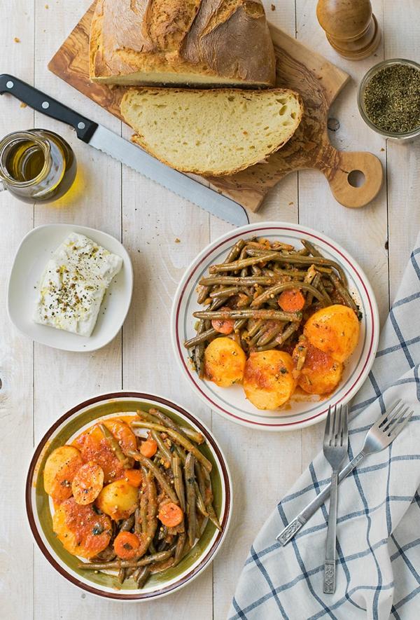 Grüne Bohnen Eintopf zubereiten und mit Feta Käse servieren