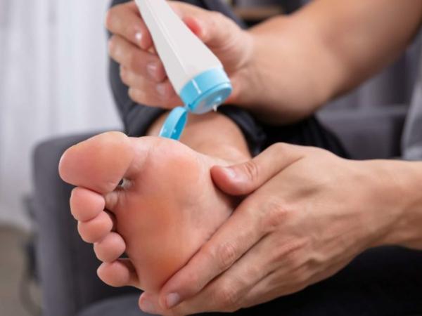 Hühnerauge entfernen Hausmittel Fußpflege Hornahaut
