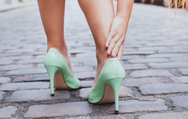 Hühnerauge entfernen Hausmittel Fußpflege unbequeme Schuhe