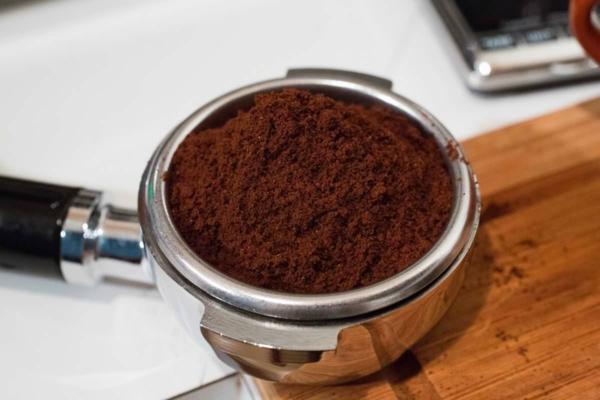 Remédios caseiros contra mosquitos Beba café moído de café