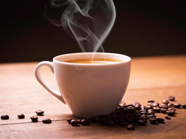 Kaffeeflecken entfernen mit geschickten Tricks