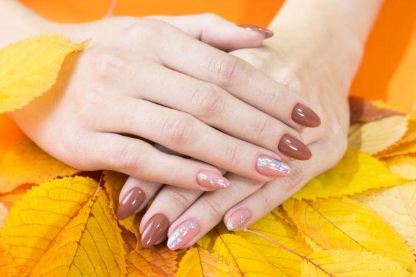 Neutrale Farben für die Herbstnägel