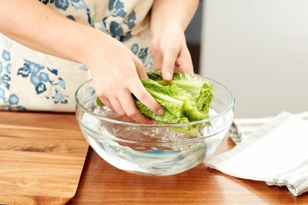 Ετοιμάστε το μαρούλι και αποθηκεύστε το στο ψυγείο