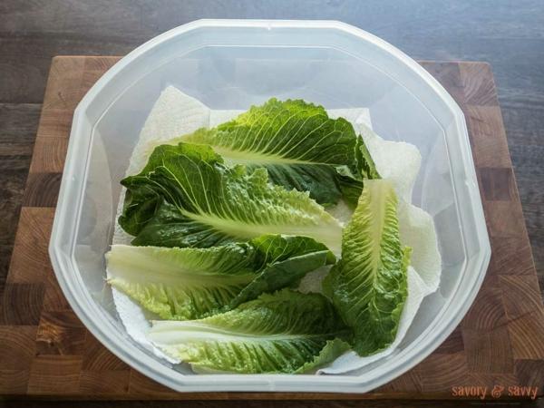 Ετοιμάστε σαλάτα και αποθηκεύστε τη στο ψυγείο Χαρτοπετσέτα