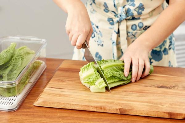 Προετοιμάστε το μαρούλι και αποθηκεύστε στο ψυγείο Κόψτε τα φύλλα μαρουλιού