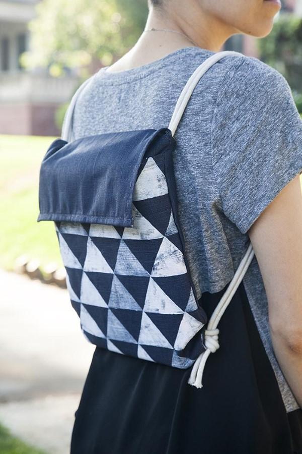 Schultaschen für Teenager selber gestalten – kreative Ideen und einfache Anleitungen denim bleich technik einfach