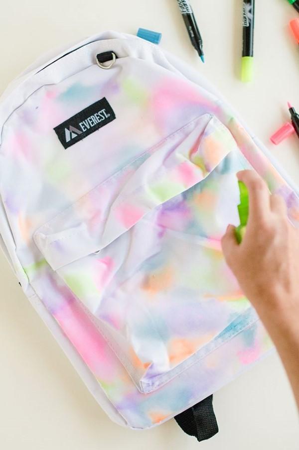 Schultaschen für Teenager selber gestalten – kreative Ideen und einfache Anleitungen regenbogen design textilfarben
