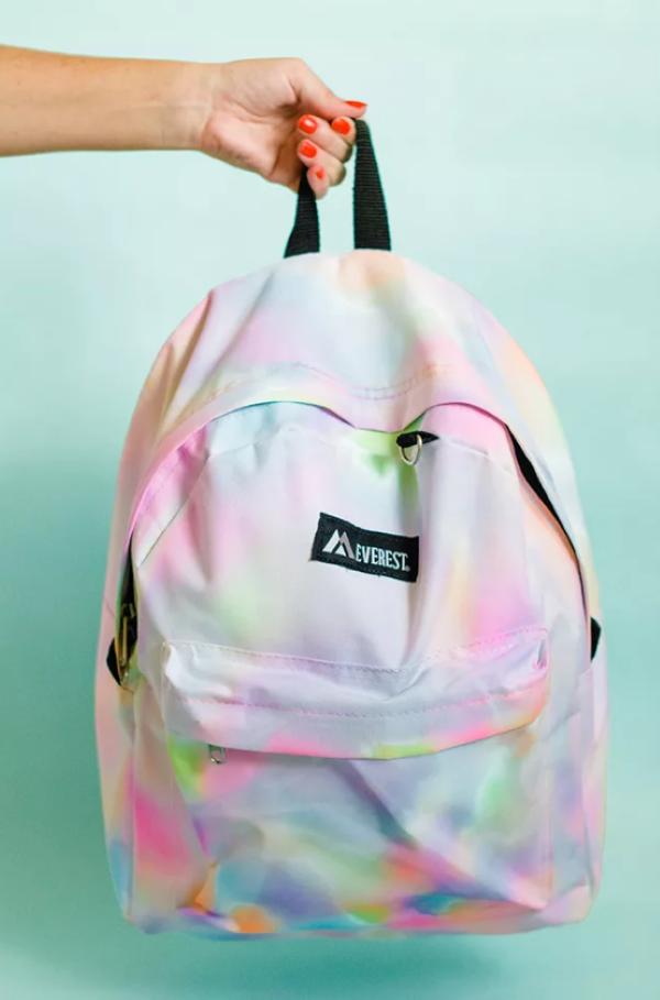 Schultaschen für Teenager selber gestalten – kreative Ideen und einfache Anleitungen regenbogen textilmarker stifte
