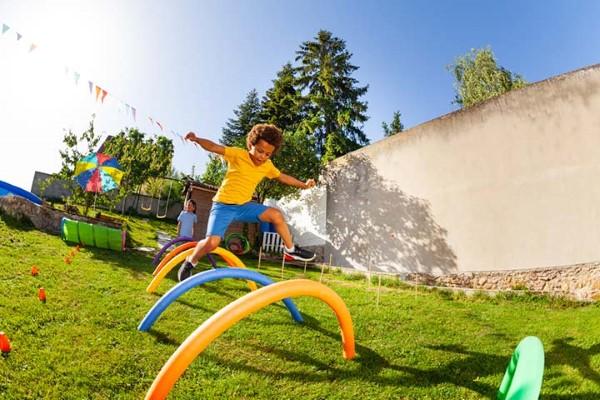 Οι ιδέες των σούπερ παιδικών ηρώων για τα επόμενα εμπόδια κοστουμιών σας στον κήπο