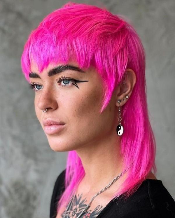Vokuhila Frisur – die Retro Frisur bleibt auch 2021 hoch im Trend wild rosa farbe