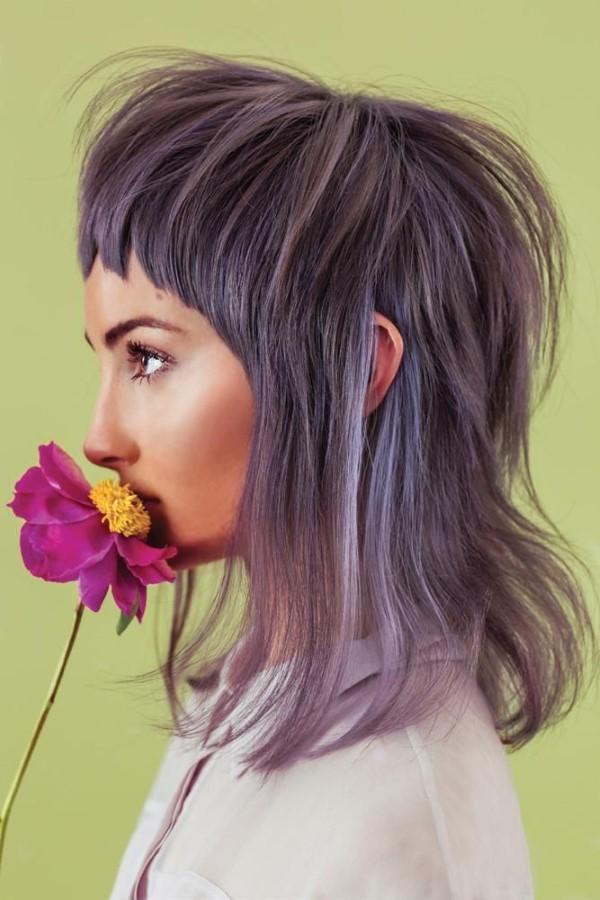 Vokuhila Frisur – die Retro Frisur bleibt auch 2021 hoch im Trend zart lila farbe