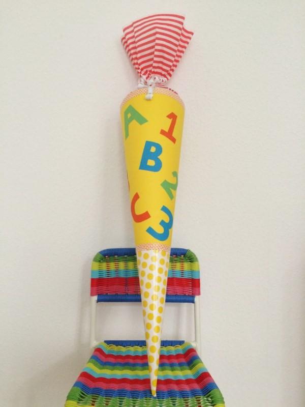 Zuckertüte selber basteln für eine glückliche Einschulung Ihres kleinen Erstklässlers dünn hoch bunt