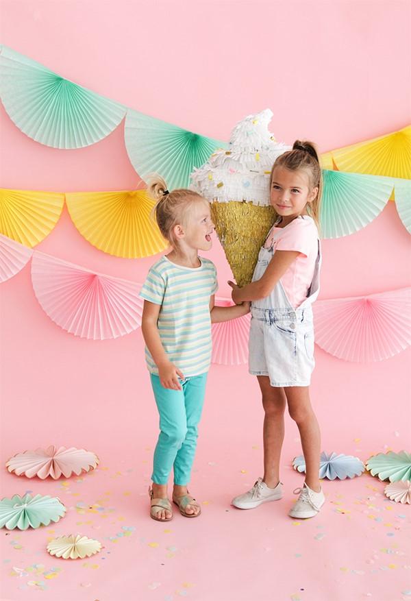 Zuckertüte selber basteln für eine glückliche Einschulung Ihres kleinen Erstklässlers eiscreme schultüte pinata