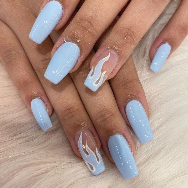 blaue glanzvolle fingernägel trends