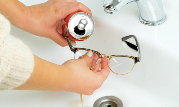 brillengläser putzen mit coca cola