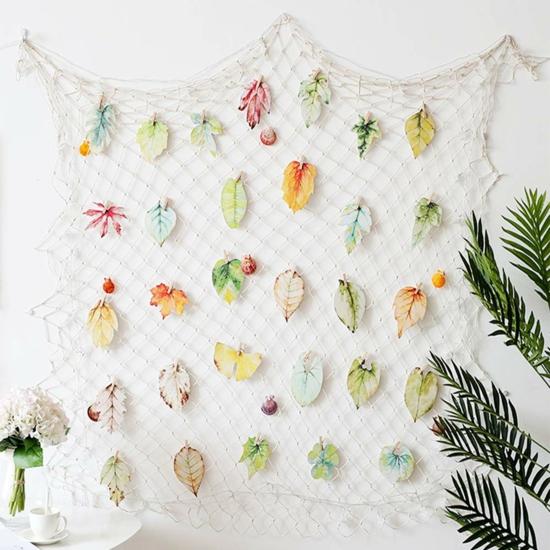 bunte mediterrane wanddeko mit fischernetz