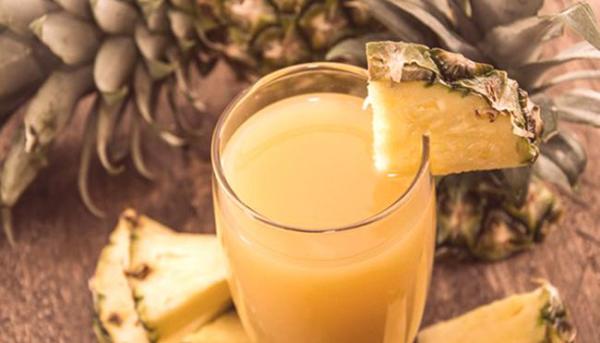 erfrischende Sommergetränke Ananaswasser entgiftet reduziert das Gewicht