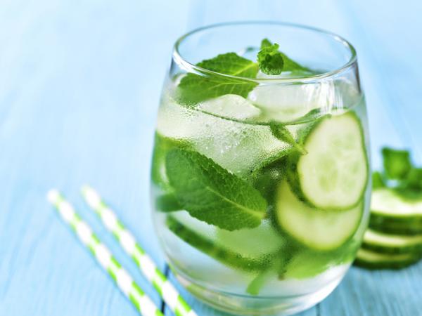 erfrischende Sommergetränke beste Erfrischung in der Hitze Gurkenwasser mit Minze Blättern