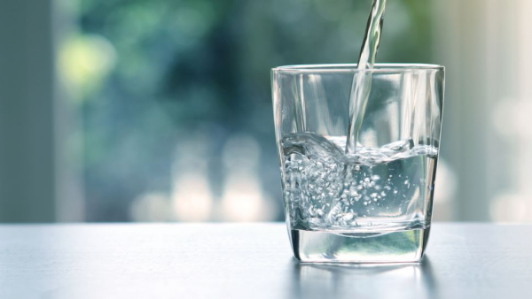 erfrischende Sommergetränke pures Wasser 2 l pro Tag trinken beste Erfrischung im Sommer