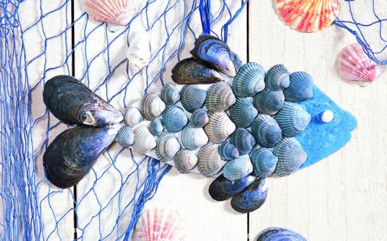 einfache maritime wanddeko mit muscheln und fischernetz