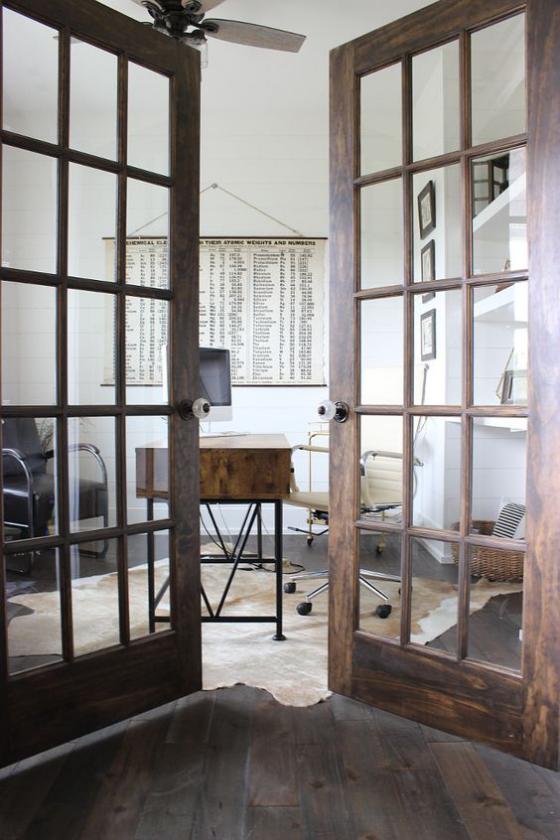 französische Fenstertüren Holzrahmen rustikales Design Übergang zum Musikzimmer