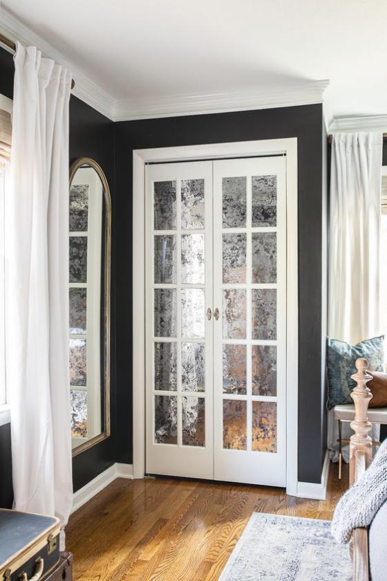 französische Fenstertüren Mattglas gute Option im Innenraum daneben großer Wandspiegel