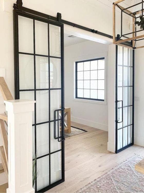 französische Fenstertüren auf Schiene schwarzer Rahmen ausgefallenes Design erfordert professionelle Montage