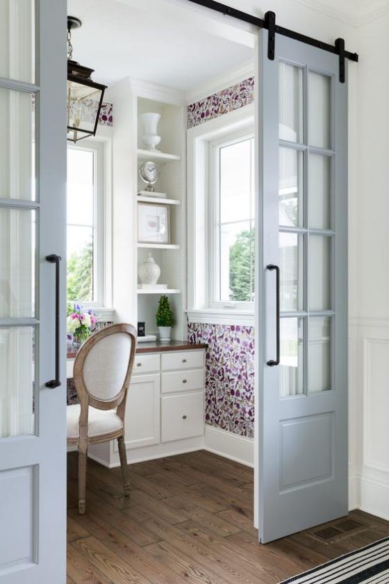 französische Fenstertüren auf Schiene weißer Rahmen Übergang zu Heimbüro