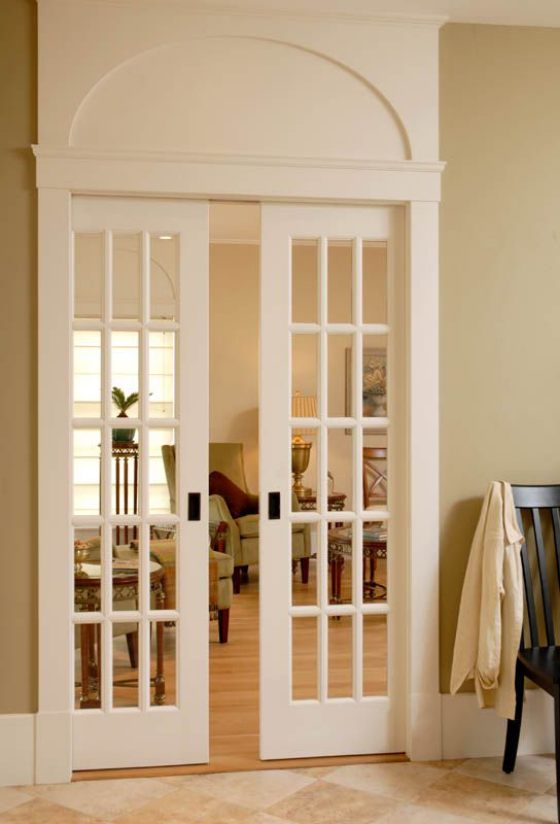 französische Fenstertüren elegantes Design weißer Rahmen Wölbung Übergang zum Wohnzimmer