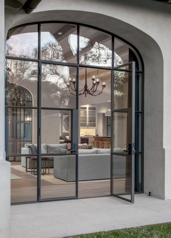 französische Fenstertüren elegantes gewölbtes Design schwarze Rahmen Durchgang zum Außenbereich