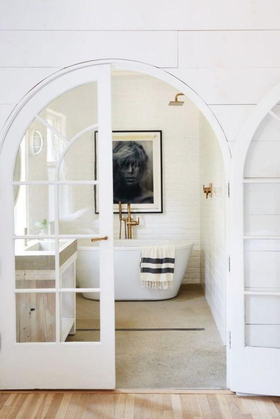 französische Fenstertüren gewölbtes Design weißer Rahmen vom Schlafzimmer direkt ins Bad gehen