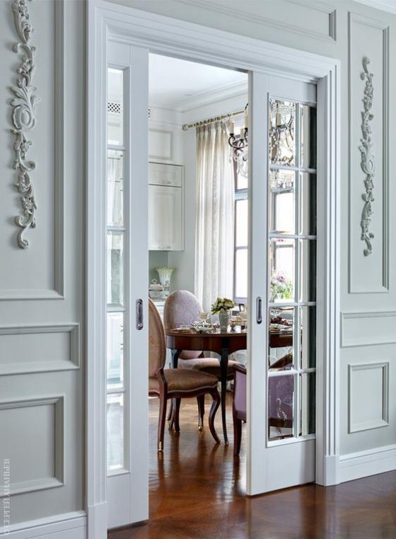 französische Fenstertüren hohe Türen Rahmen in Hellgrau passen zum klassischen Raumdesign führen ins Esszimmer