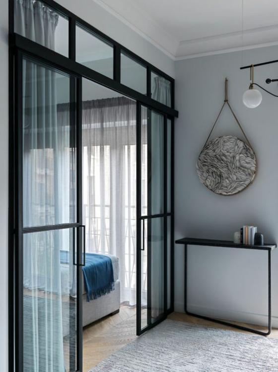 französische Fenstertüren schwarzer Rahmen Gardinen Übergang zum Schlafzimmer keine optische Barriere