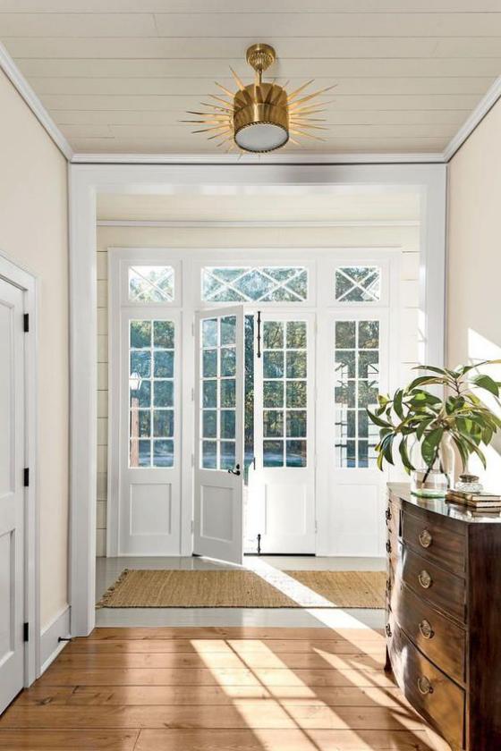 französische Fenstertüren weißer Rahmen Glasscheiben dängt viel natürliches Licht ins Innere des Hauses Flur sehr elegant gestaltet gut erhellt