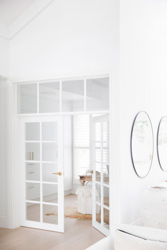 französische Fenstertüren weißer Rahmen elegantes Raumdesign schwellenloser Durchgang zwischen Räumen