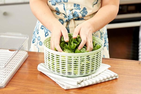 διατηρήστε φρέσκια σαλάτα στο ψυγείο