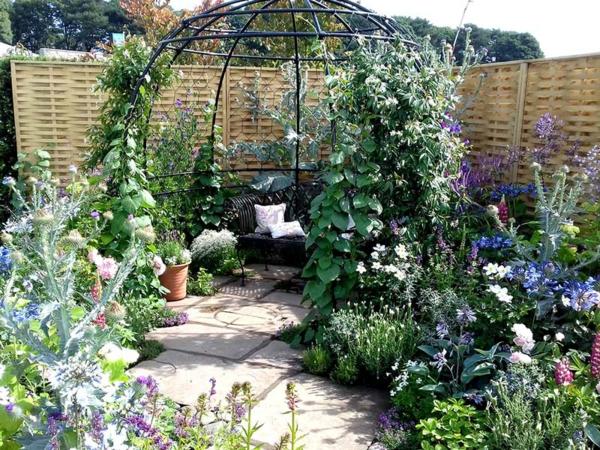 garten sitzecke gestalten hinterhof gestalten viele pflanzen erholungsort